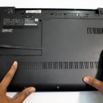 Buka tutup body/cover belakan laptop